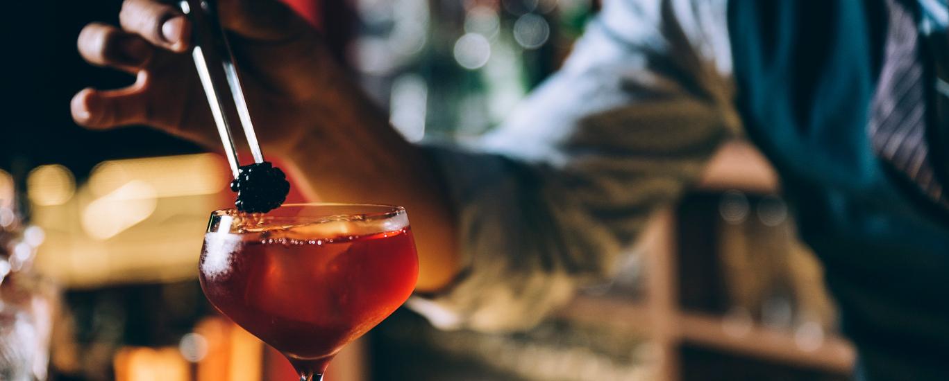Barman preparando coktel